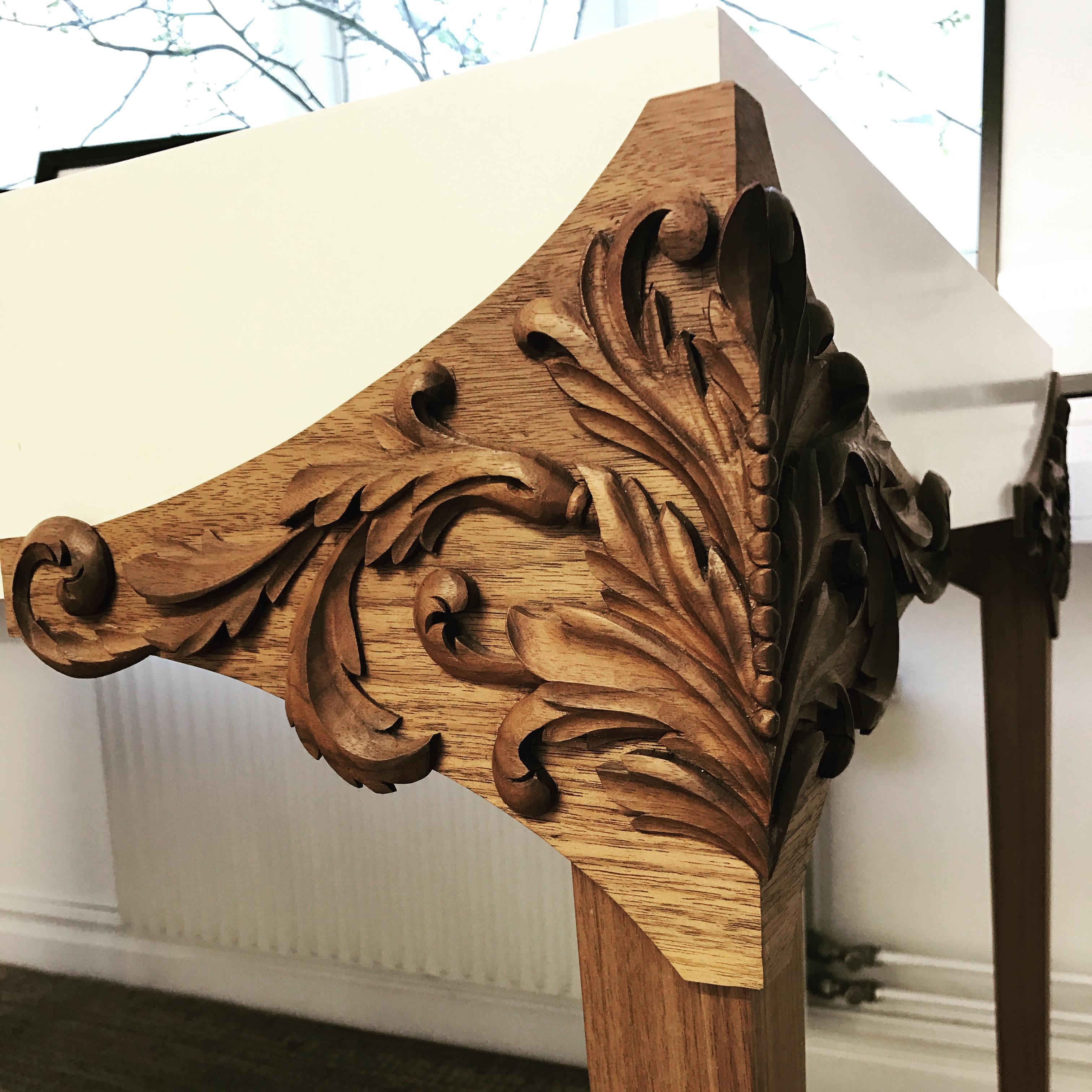 Detaljrikt snidat bordshörn i valnöt av Elin Juberg