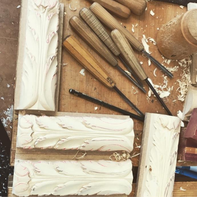 Detaljer av vackra träpilastrar tillverkade av Elin Juberg
