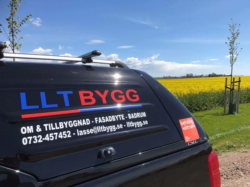 LLT Byggs arbetsbil mot bakgrund av ett rapsfält och blå himmel
