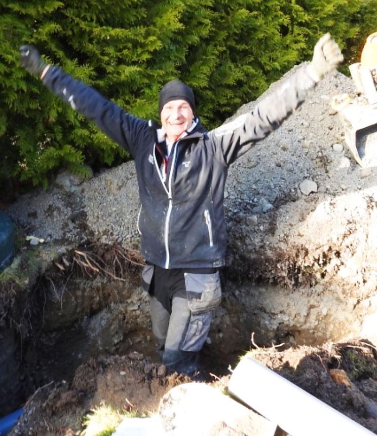 Lars-Åke Karlsson lyfter armarna i en segergest