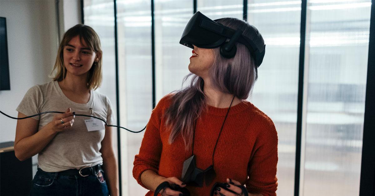 En kvinna med VR-glasögon ser sig omkring
